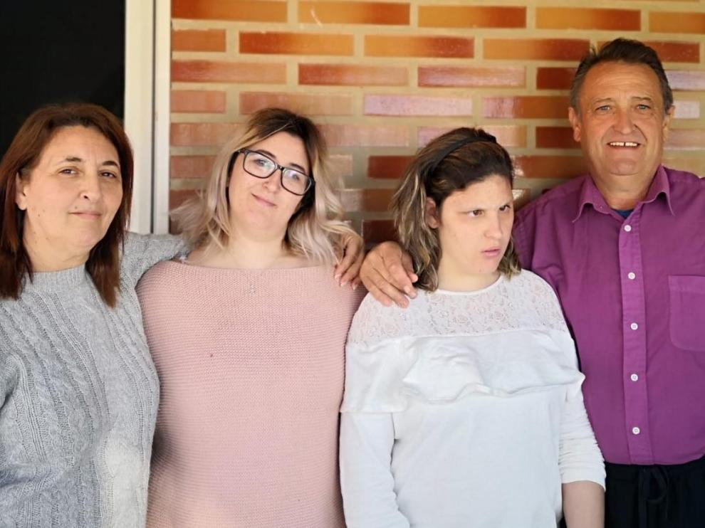 Begoña junto a sus dos hijas y su marido.