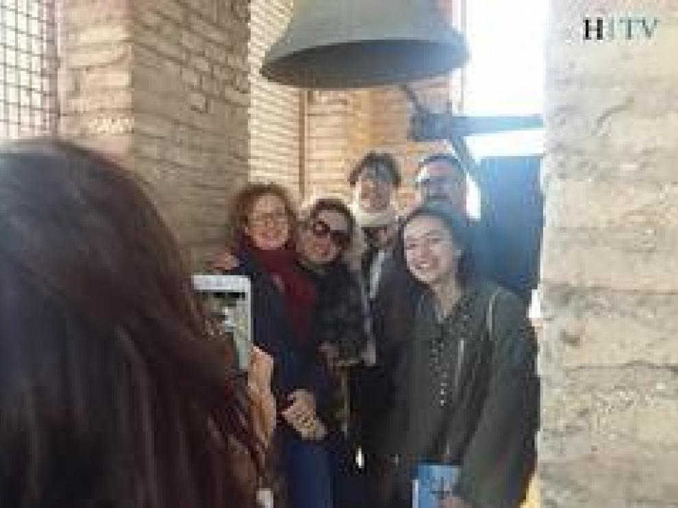 """La iglesia de la Magdalena de Zaragoza ha comenzado este sábado sus visitas guiadas al público tras su restauración y apertura al culto. Una quincena de visitantes han podido recorrer sus capillas,  subir a la torre mudéjar con """"espectaculares vistas"""" acompañados por una guía. Las visitas se realizan los martes y jueves a las 11.00 y a las 17.00, y los sábados a las 11.00. Tienen un coste de 5 euros por persona y es necesario inscribirse previamente en el Museo Alma Mater."""