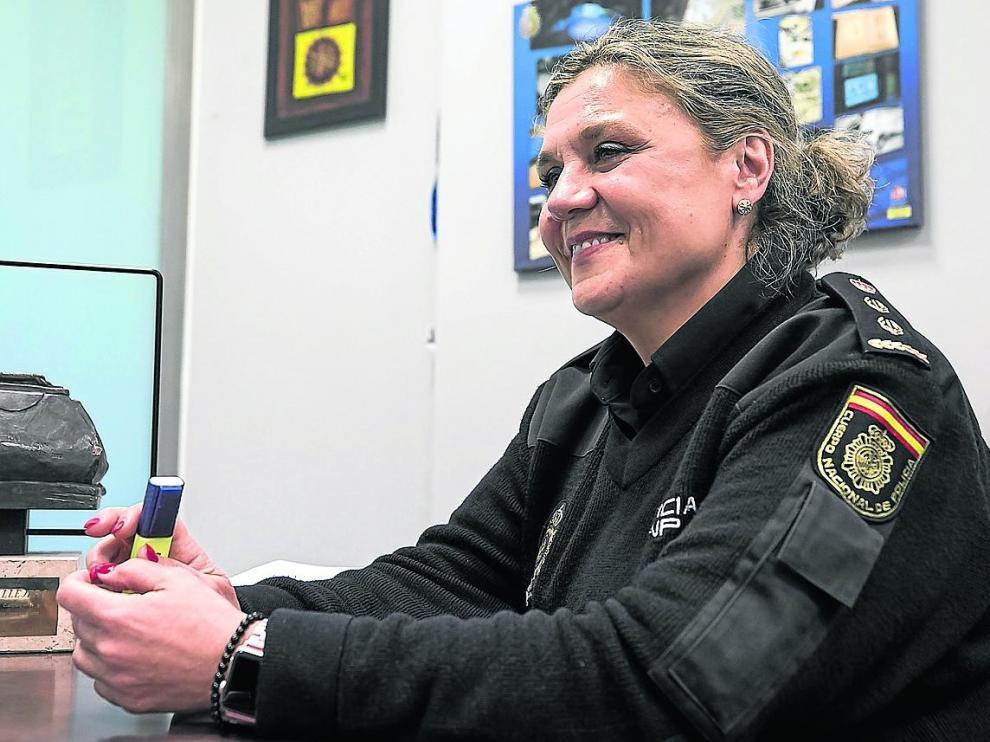 La comisaria del Cuerpo Nacional de Policía, Pilar Callejero, en su despacho de la Brigada Provincial de Extranjería y Fronteras.