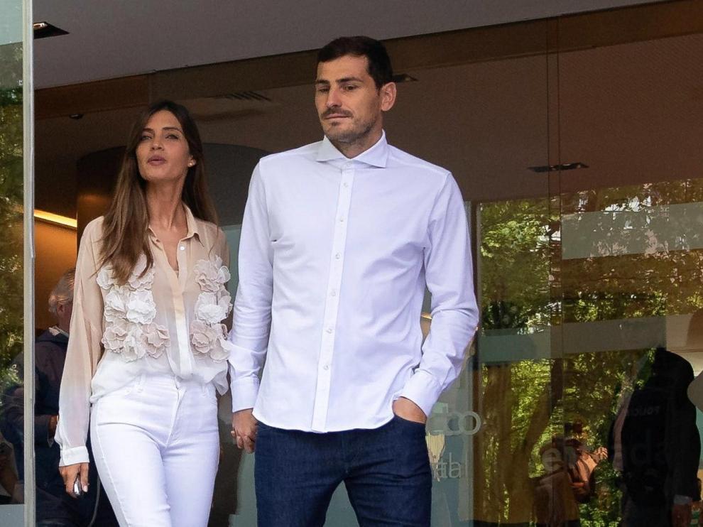 Casillas abandona el hospital de la mano de su mujer, Sara Carbonero.