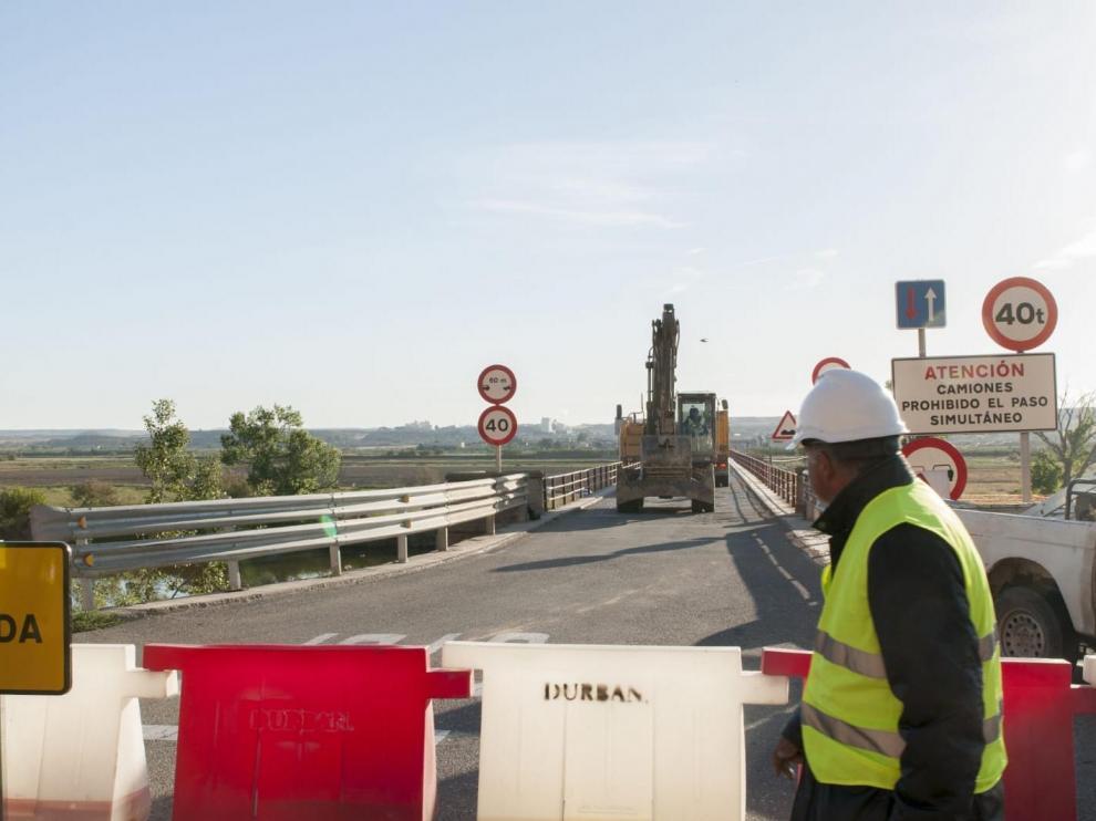 Los trabajos ya han comenzado en el puente, que se ha cerrado al tráfico.