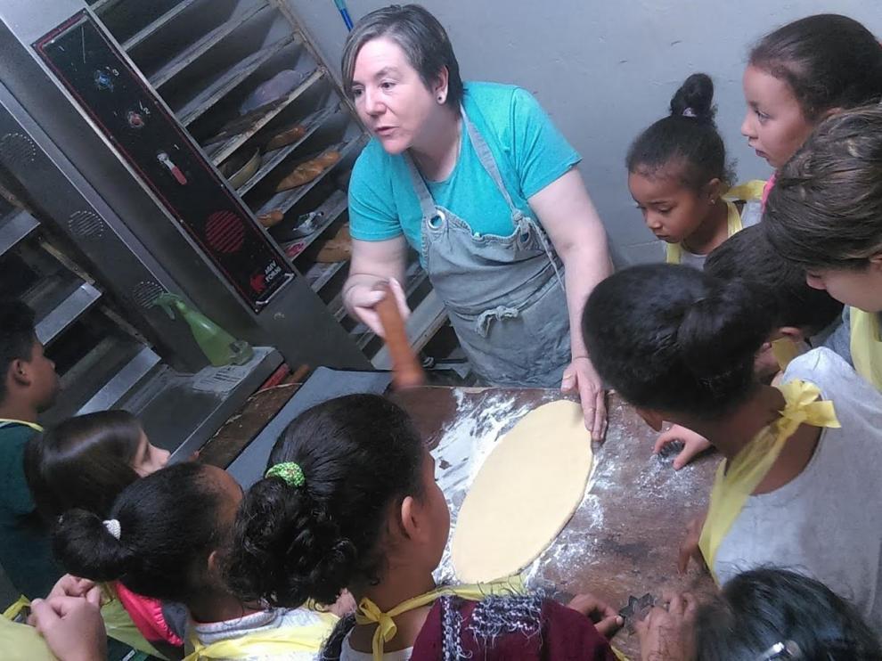 Durante la semana temática dedicada a los oficios, los escolares realizaron diferentes visitas y entrevistas, entre ellas, a la panadera del pueblo