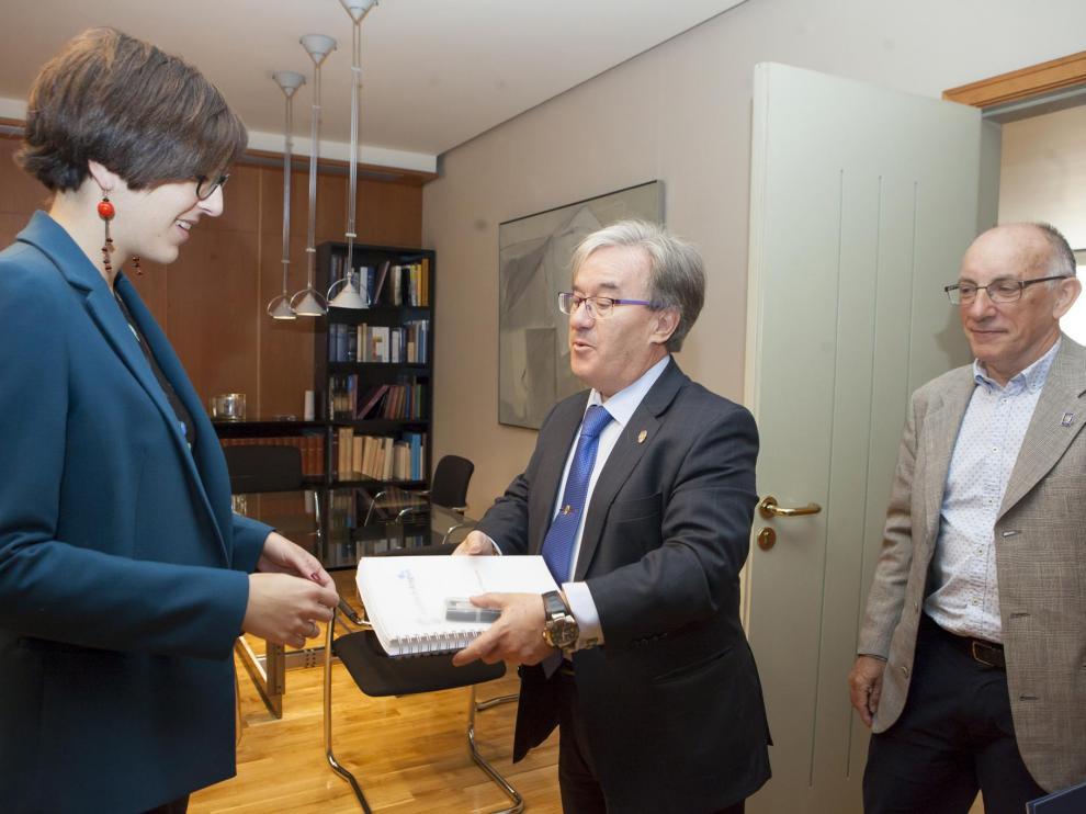 Ángel Dolado y Andrés Esteban hacen entrega a Violeta Barba del informe sobre menores.