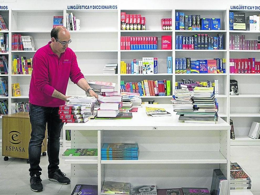 Las estanterías de Librería Central se empezaron a vacíar este viernes, en el traslado.