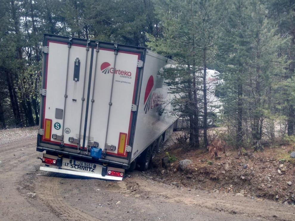 Un camión atascado este viernes en la pista que va de Plan a Chía.