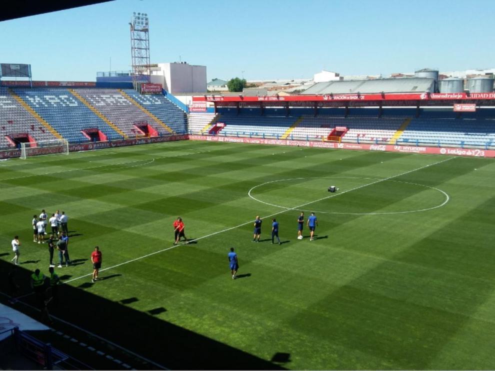 Los jugadores el Extremadura y del Real Zaragoza, hora y media antes del inicio del partido, supervisan el césped del estadio Francisco de la Hera de Almendralejo.