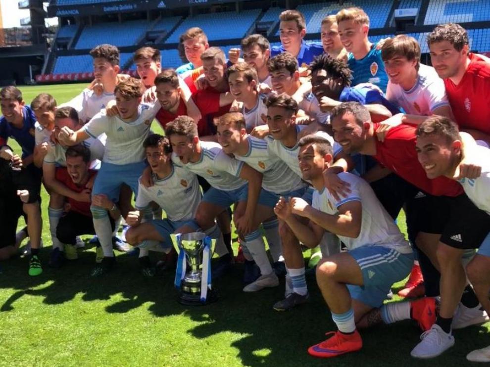 La plantilla del equipo juvenil posa con la Copa de Campeones Juvenil