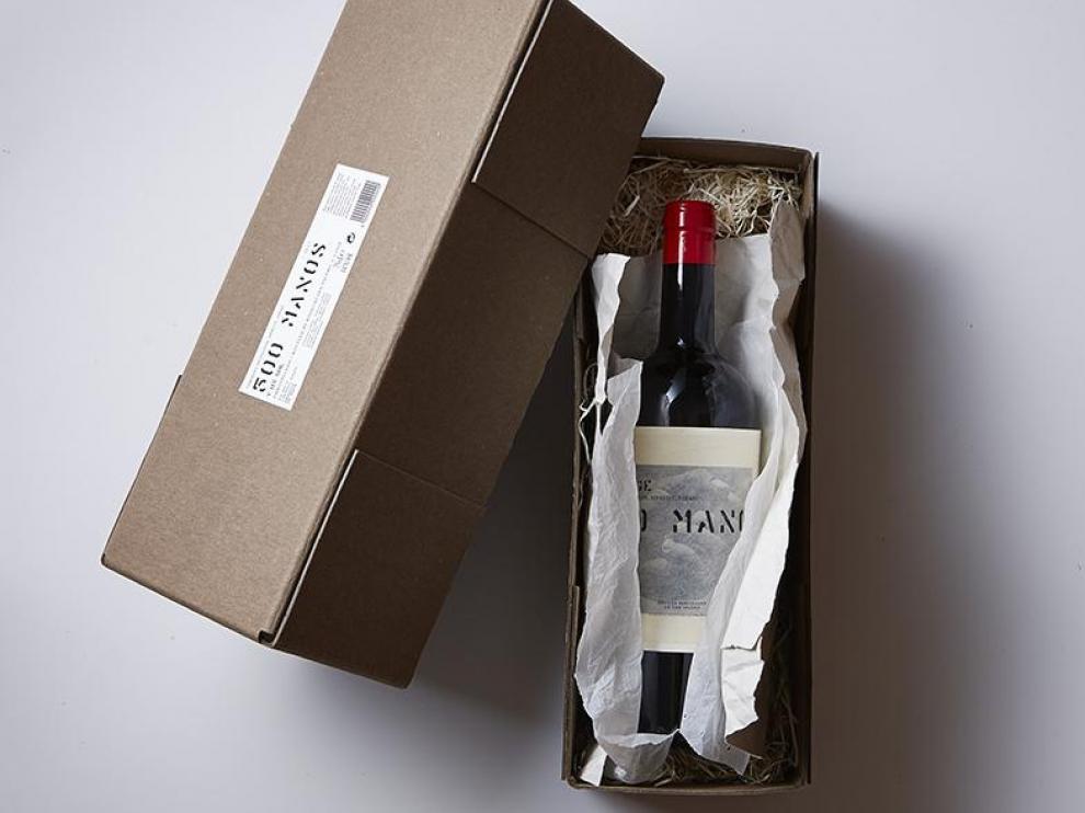 En esta caja se presenta el vino 500 manos.