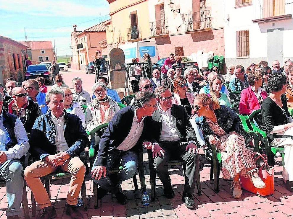 El candidato del PP-Aragón critica a quienes reniegan de las diputaciones y promete medidas contra la despoblación.
