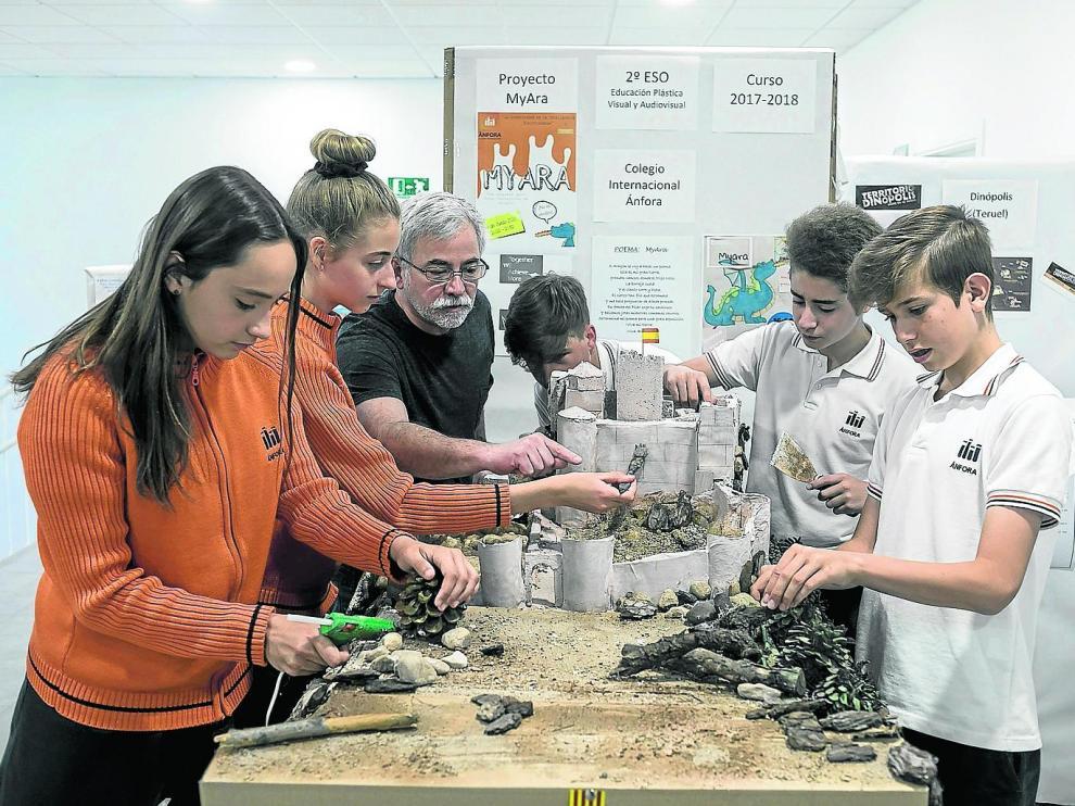 Alumnos del Colegio Internacional Ánfora preparando una exposición y un taller de monumentos de Aragón.