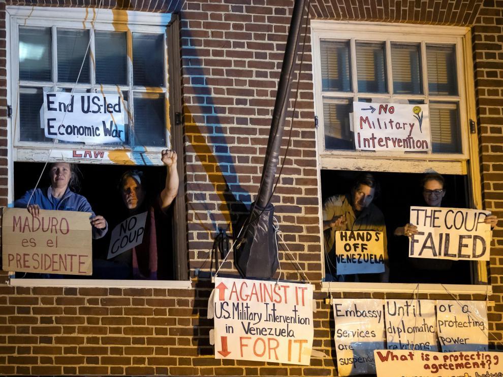 Los activistas partidarios del presidente venezolano, Nicolás Maduro, se manifiestan desde la embajada del país en Washington.