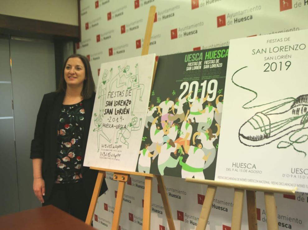 La concejala de Fiestas,María Rodrigo, junto a los tres carteles seleccionados para elegir la imagen de San Lorenzo 2019