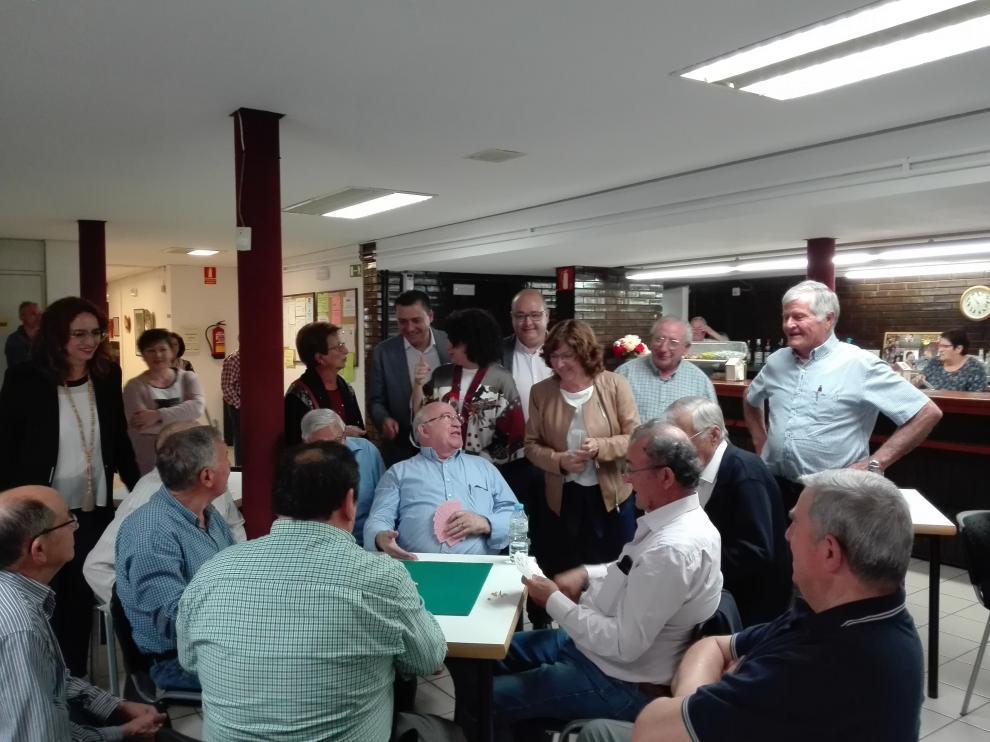 Visita de Fernando Sabés, María Victoria Broto y Ángel Sorolla al Hogar de Mayores de Fraga.