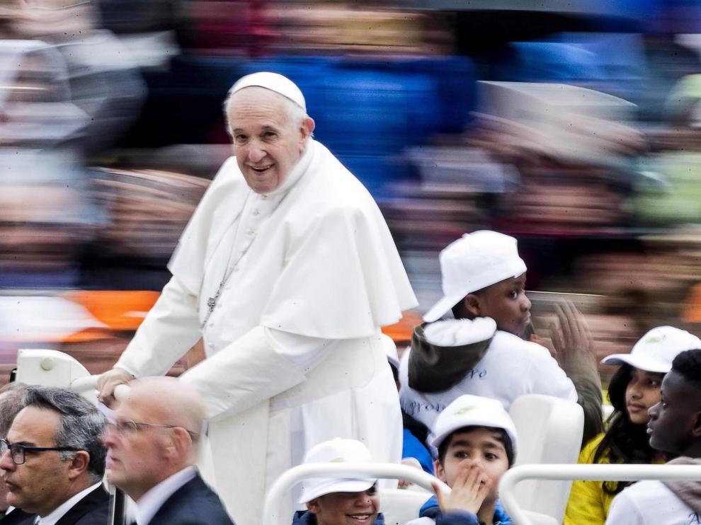 El papa Francisco y los niños refugiados en el papamovil.