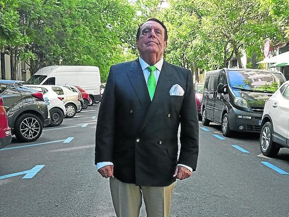 Sigue siendo aquel. Seguidor extasiado de Raphael, Luis García Tejedor nos deleita con su educada voz en la ruta bohemia de Zaragoza, en la zona de Heroísmo.