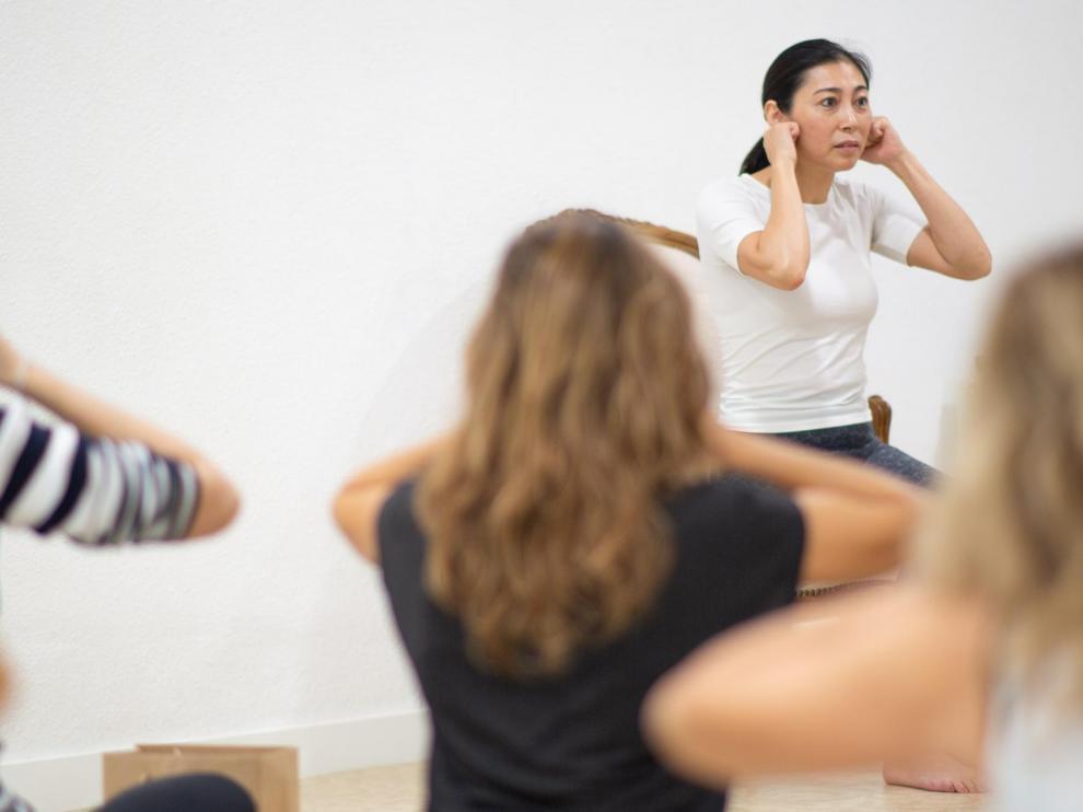 Una sesión de yoga facial