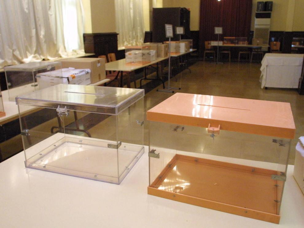 Elecciones Municipales del 25 de mayo. Unas electorales en el Circulo Oscense / Foto de Javier Blasco / 24-5-03 blasco3447.JPG