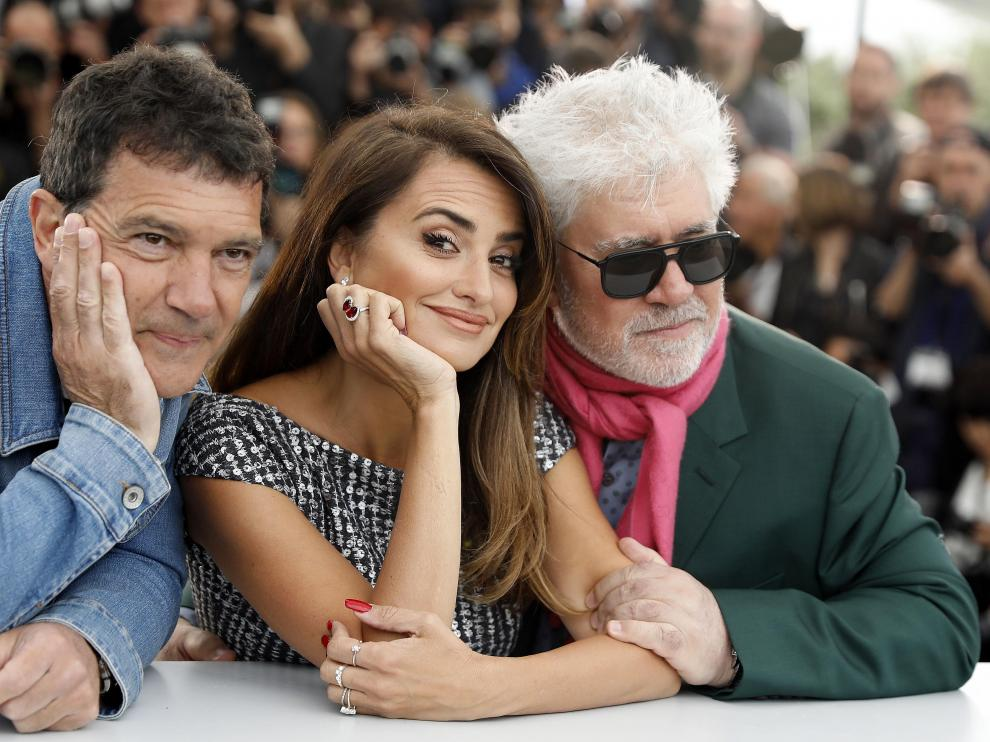 Cannes (France), 18/05/2019.- (L-R) Spanish actor Antonio Banderas, Spanish actress Penelope Cruz and Spanish director Pedro Almodovar pose during the photocall for 'Dolor y Gloria' (Pain and Glory) at the 72nd annual Cannes Film Festival, in Cannes, France, 18 May 2019. The movie is presented in the Official Competition of the festival which runs from 14 to 25 May. (Cine, Francia) EFE/EPA/SEBASTIEN NOGIER Dolor y Gloria Photocall - 72nd Cannes Film Festival