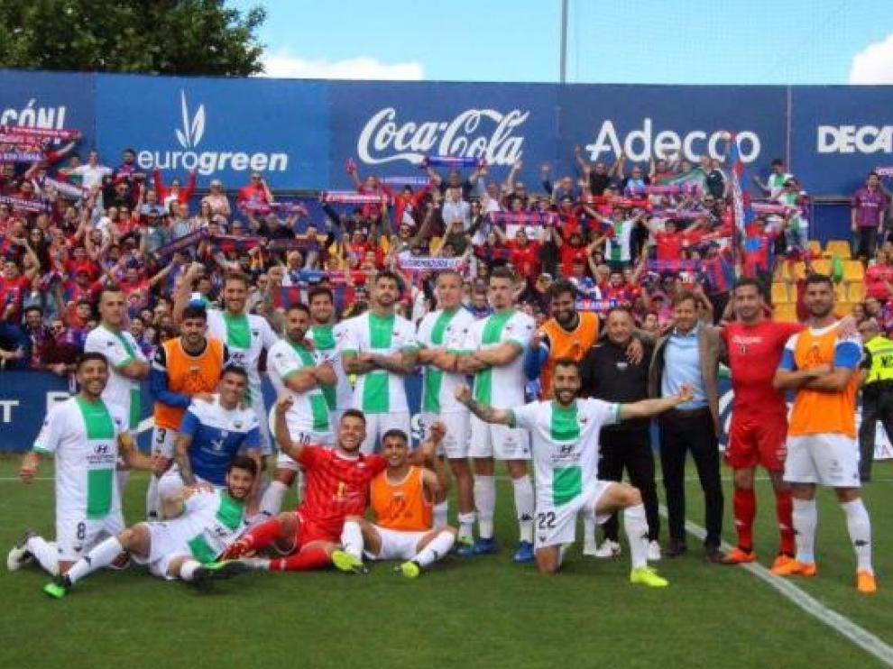 Los jugadores del Extremadura posan con su afición al fondo tras ganar 0-1 este sábado en el campo de Santo Domingo de Alcorcón.