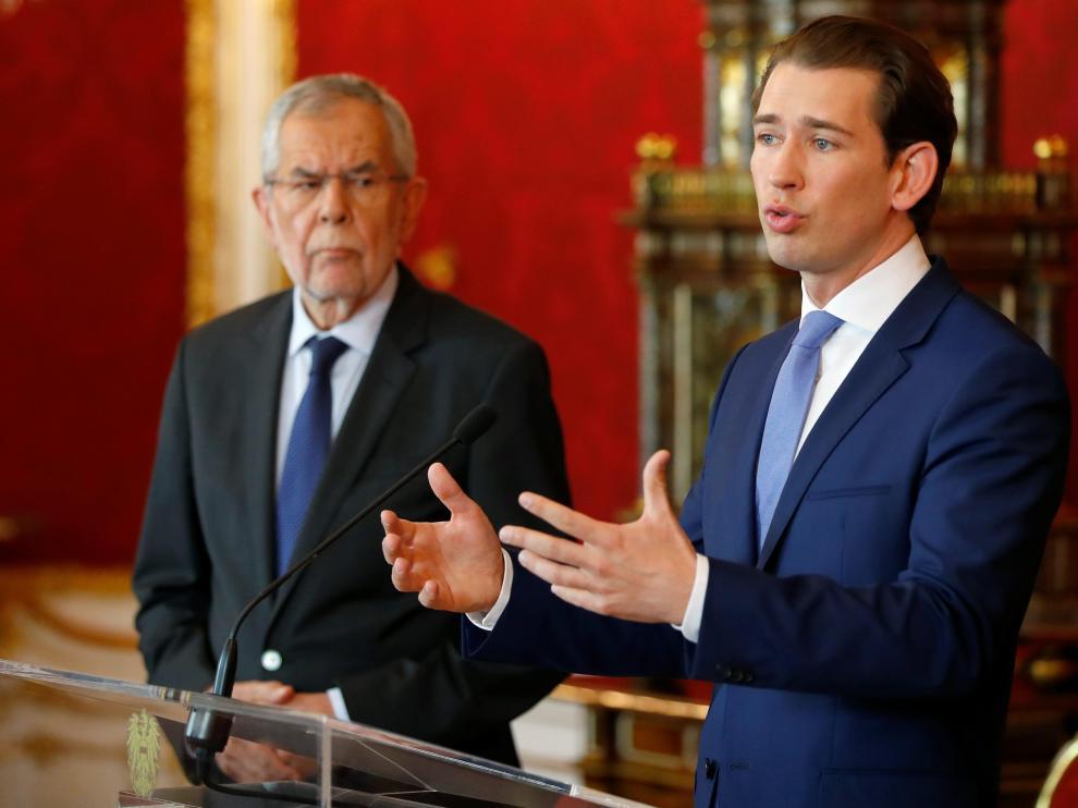 El presidente de Austria, Alexander Van der Bellen, y el canciller federal, Sebastian Kurz, este domingo en una rueda de prensa.