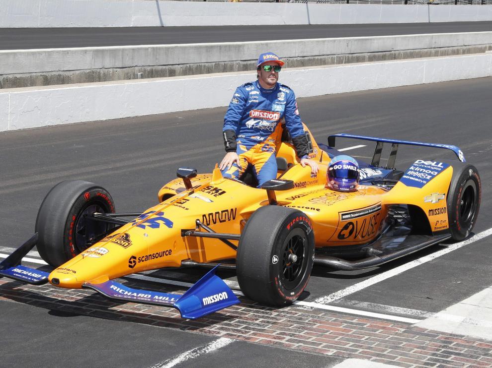 Fernando Alonso posa con su coche en el circuito de Indianápolis.