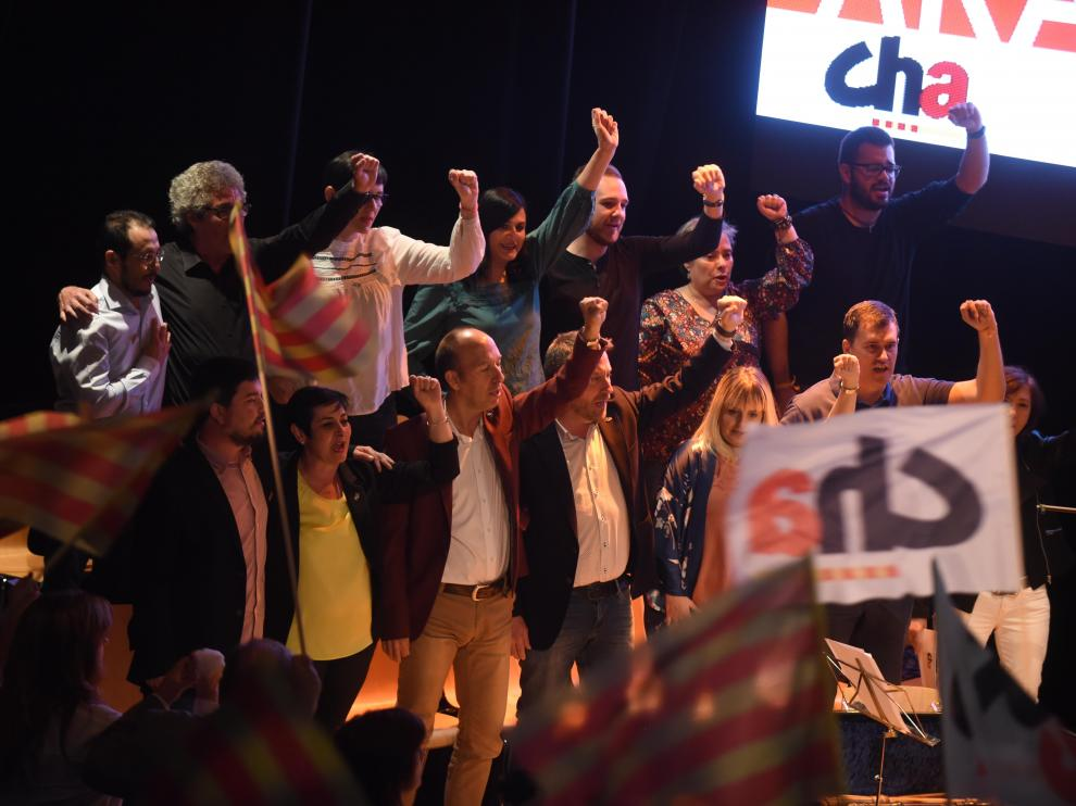 """Los candidatos de CHA a las alcaldías aragonesas y al Gobierno autonómico, coreando """"Canto a la libertad"""" de Labordeta, al finalizar el mitin"""