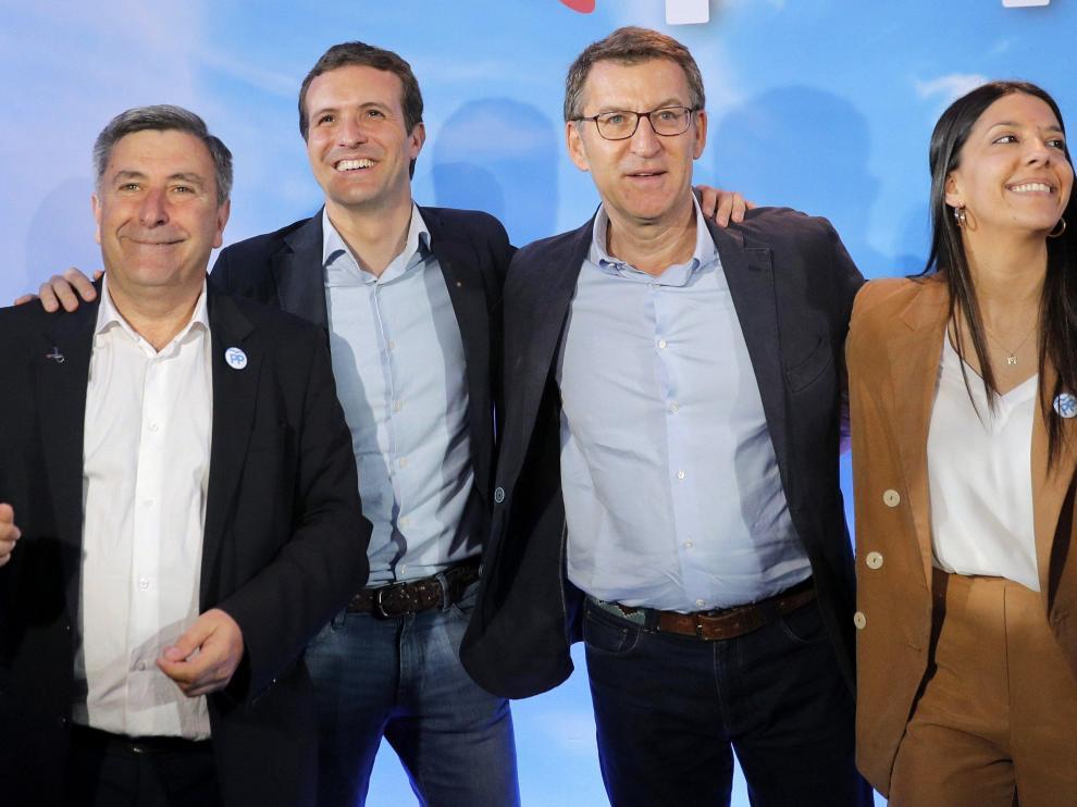 Pablo Casado (segundo por la izquierda), este domingo en La Coruña.