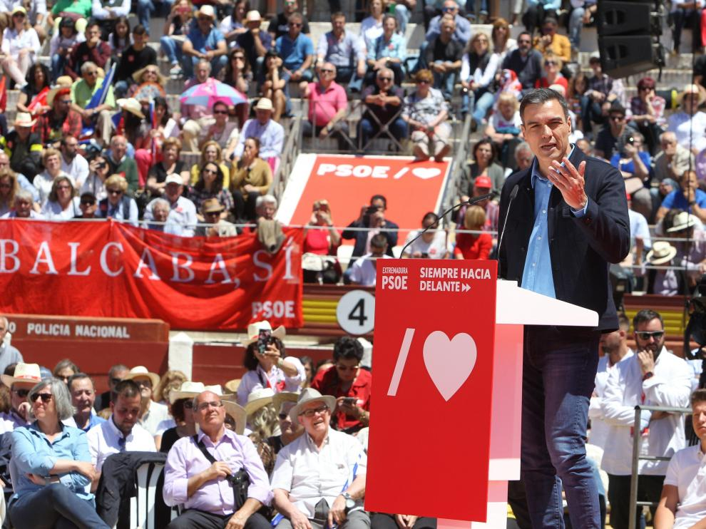 Pedro Sánchez, este domingo en un acto de campaña en Mérida.