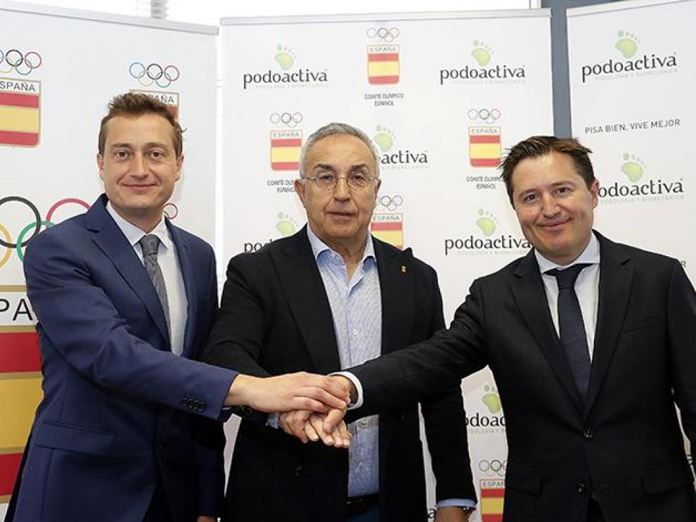 El presidente del Comité Olímpico Español, Alejandro Blanco, ha sellado el acuerdo de colaboración con el director general de Podoactiva, Víctor Alfaro, y el director técnico de la empresa, Javier Alfaro.