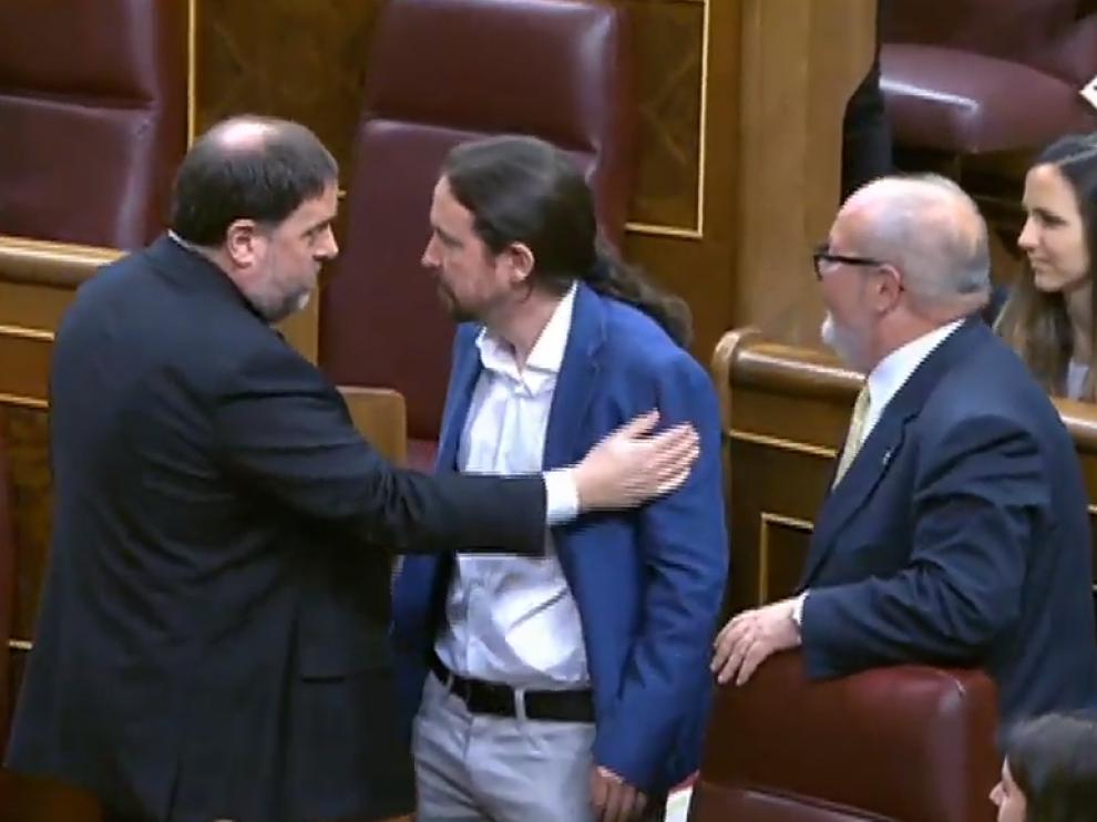 Junqueras saluda a Iglesias en el Congreso