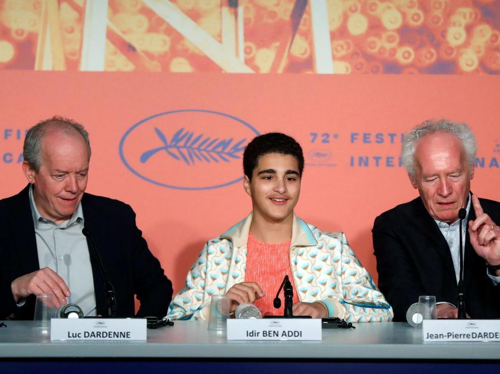 Los hermanos Dardenne con el joven actor belga, Idir Ben Addi.