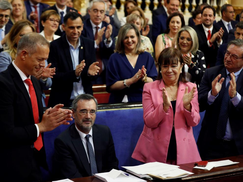 Manuel Cruz es aplaudido tras ser elegido senador.