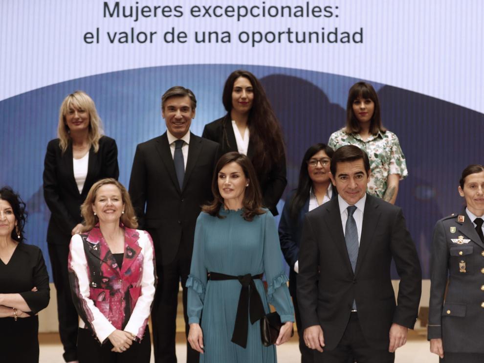 La Reina posa para la foto de familia en la sede de la Fundación Microfinanzas BBVA.
