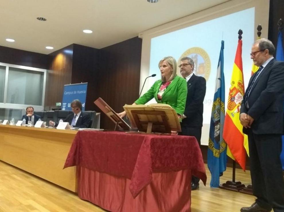 Melania Mur, nueva decana de la Facultad de Empresa y Gestión Pública de Huesca, durante su toma de posesión.
