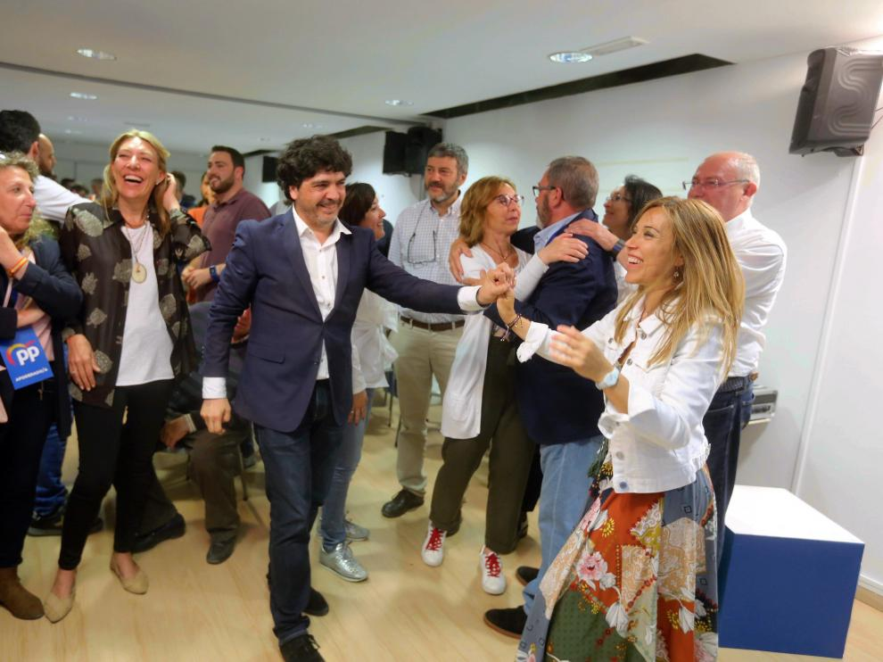 Ana Alós bailando en la sede del PP tras el escrutinio de las municipales.