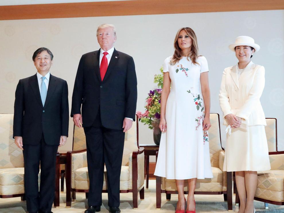 El presidente Donald Trump conoce al nuevo emperador de Japón acompañado de su esposa Melania.