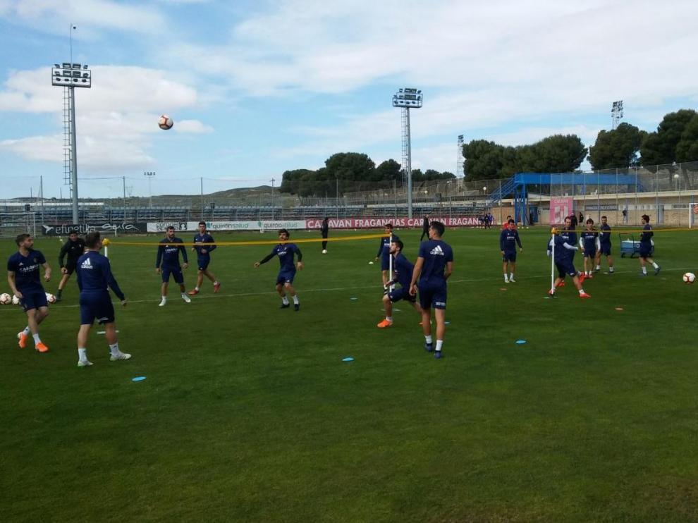 Ejercicios de 'futvoley' al inicio del primer entrenamiento de la semana del Real Zaragoza, este lunes en la Ciudad Deportiva.