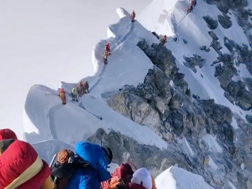 Montañeros descienden del Everest el pasado 23 de mayo.