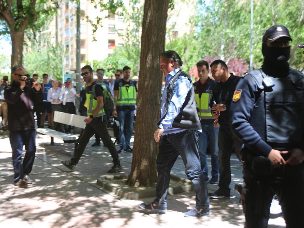 Agustín Lasaosa llegando a las oficinas del club custodiado por la Policía Nacional.