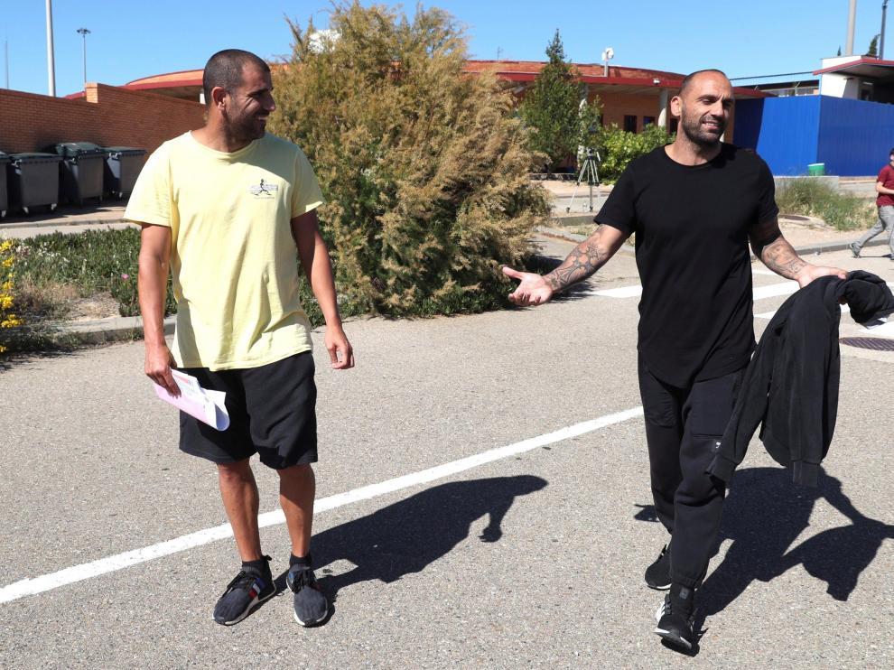 Carlos Aranda y Raúl Bravo, a la salida de la prisión de Zuera.