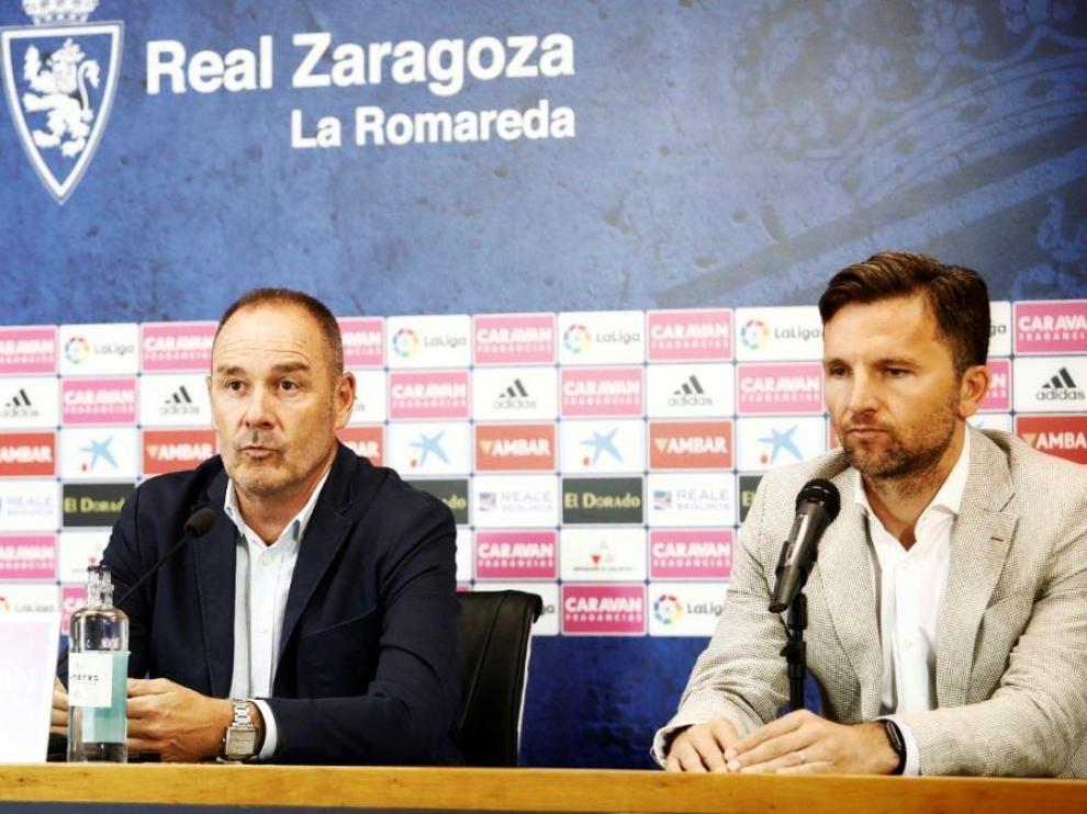 Víctor Fernández se explica ante la prensa este viernes, con Lalo Arantegui a su lado.