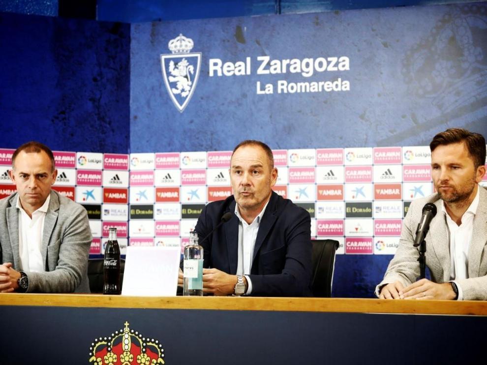 Víctor Fernández, durante la rueda de prensa en La Romareda para oficializar su continuidad en el Real Zaragoza. A su lado, el presidente Lapetra y el director deportivo, Lalo Arantegui.