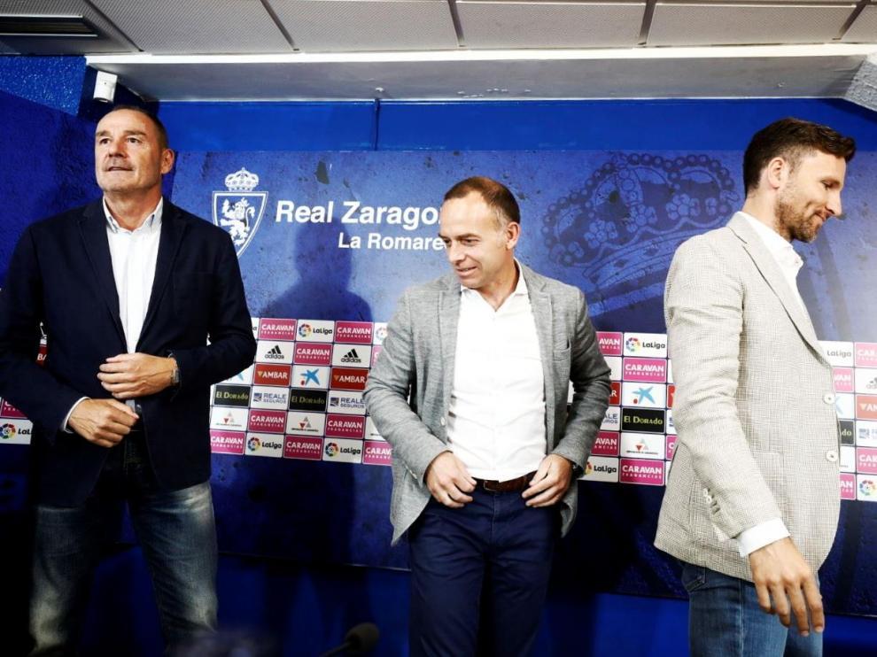 Víctor Fernández, al finalizar su rueda de prensa de este viernes, junto al presidente del Real Zaragoza, Christian Lapetra, y el director deportivo, Lalo Arantegui.