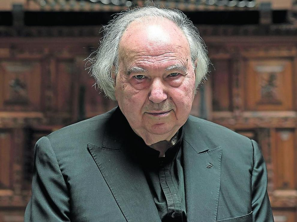 José L. González Uriol, ante el órgano de Sabiñán, en el Patio de la Infanta.