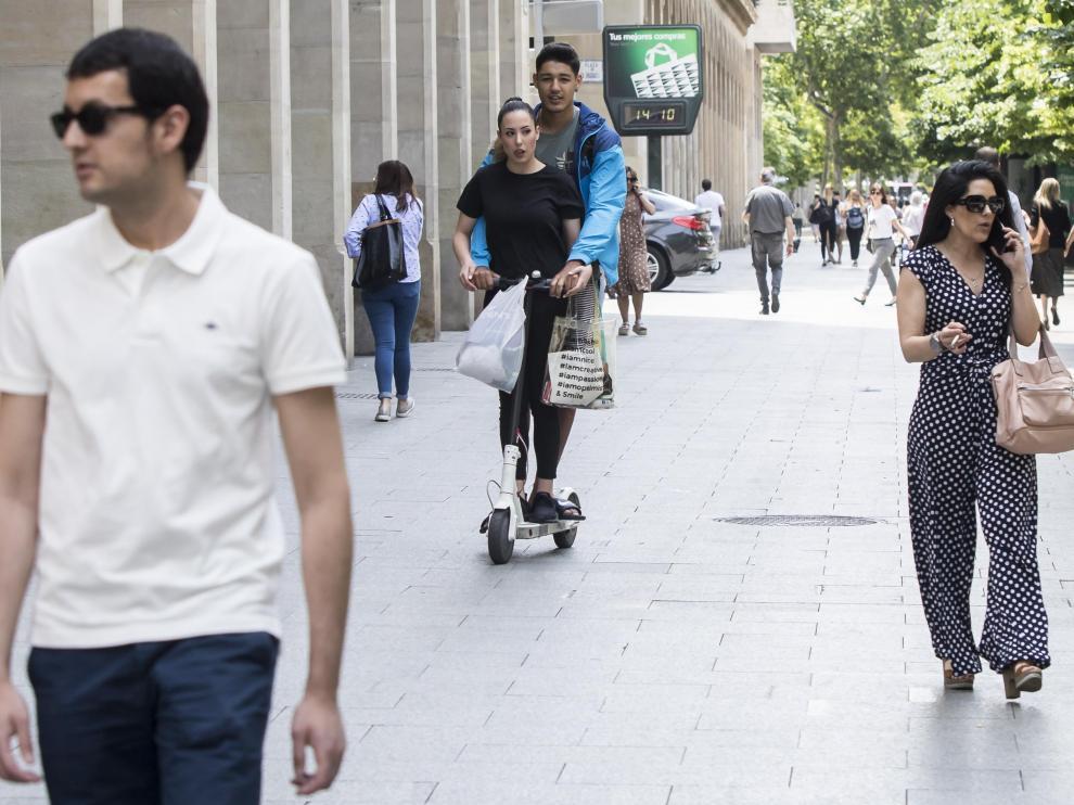 Dos jóvenes circulaban ayer por la acera del paseo de la Independencia.
