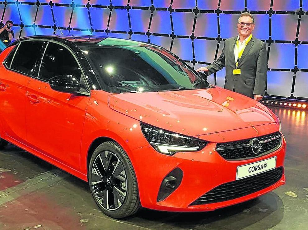 Antonio Cobo, el ex director general de Opel Figueruelas, posa con el nuevo Corsa en su presentación en Alemania.
