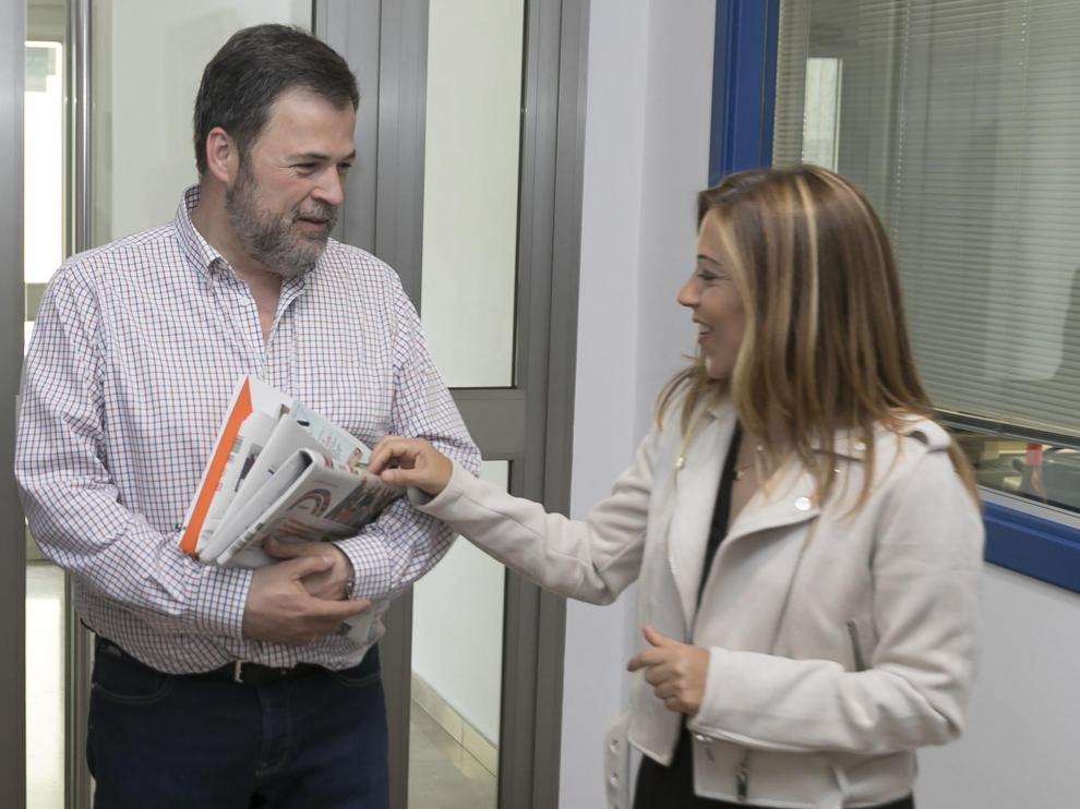 José Luis Cadena (Cs) y Ana Alós (PP), en un encuentro informal en la sede de Heraldo en Huesca.