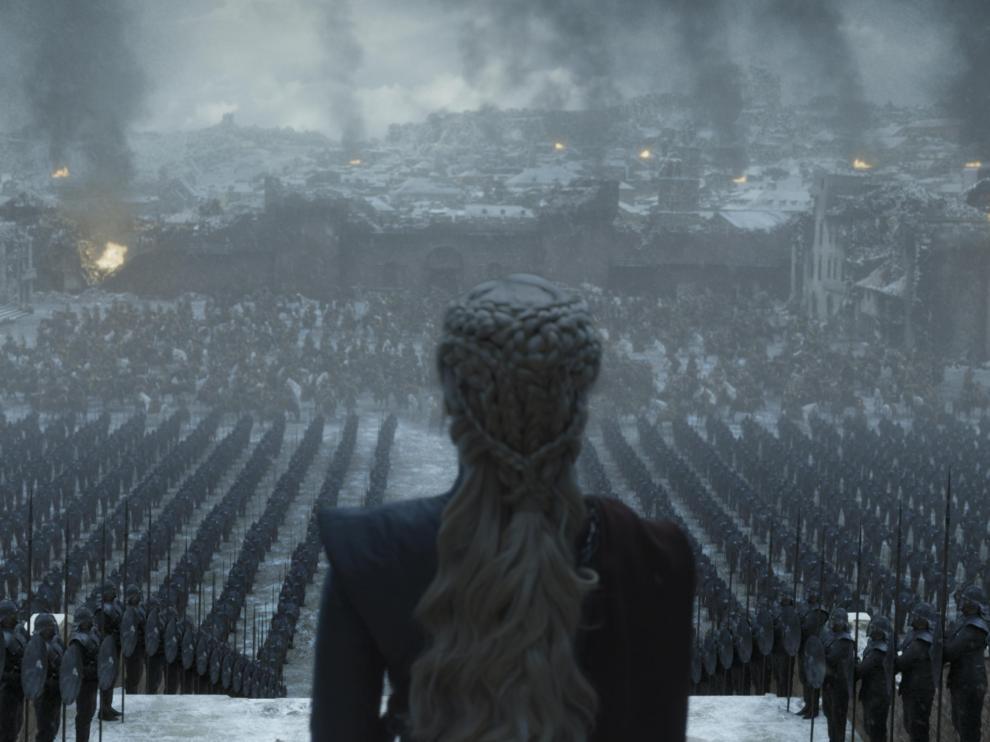 Daenerys Targaryen arengando a sus tropas, en una escena de la serie 'Juego de tronos'