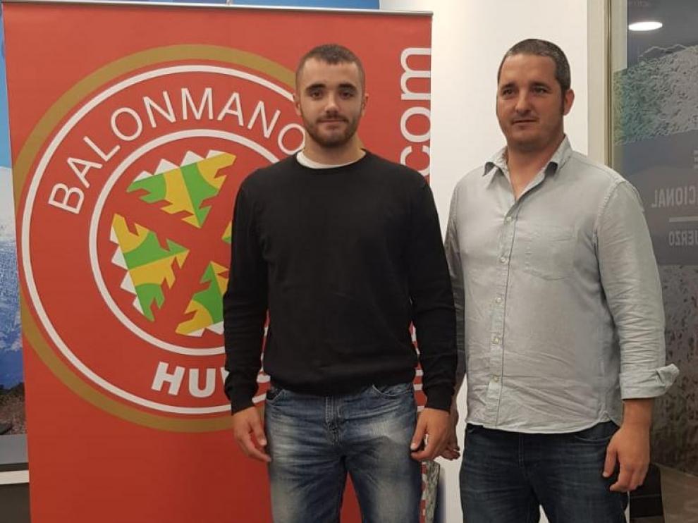 Asier Nieto junto al director deportivo del Bada Huesca, Dani Ibáñez.