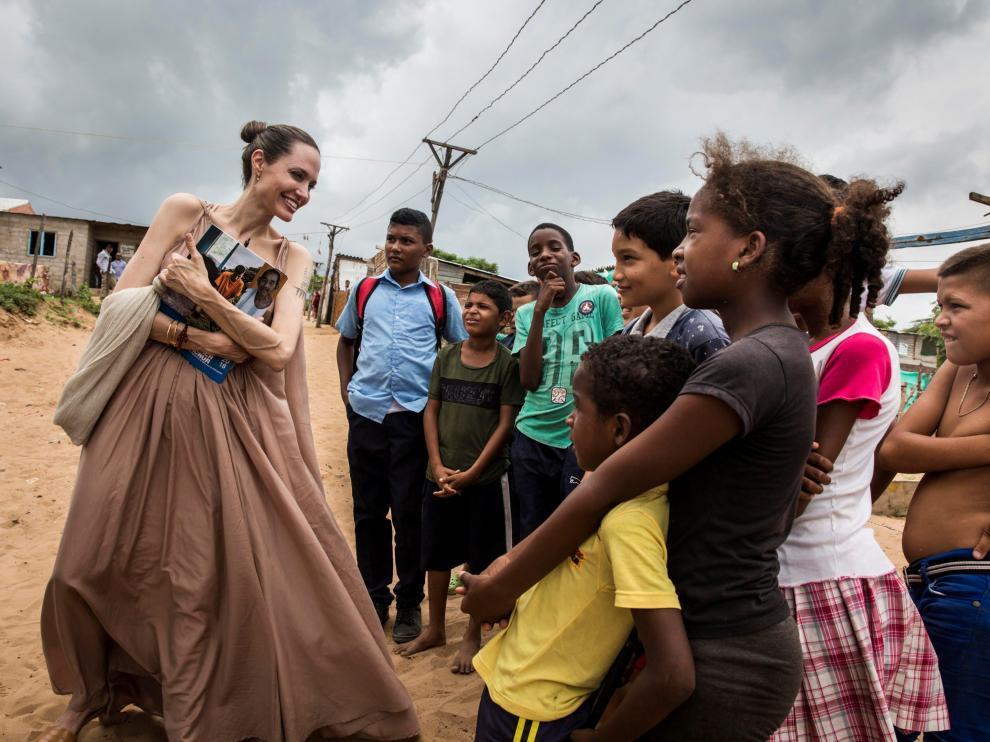 Angelina Jolie habla con migrantes venezolanos en la frontera con Colombia.